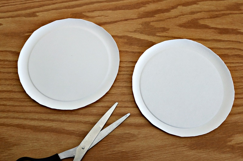 We love easy crafts that make clever use of materials from around the house, such as paper plates.