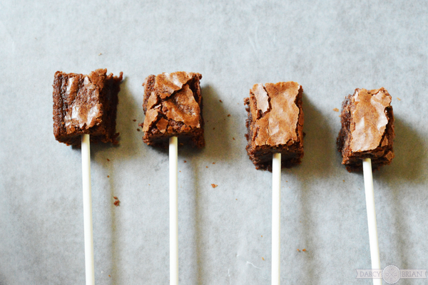 How to make easy glitter brownie pops for a party.