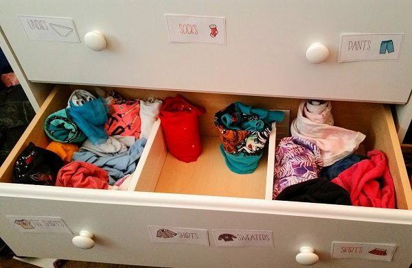How using drawer labels help organize kids clothes.