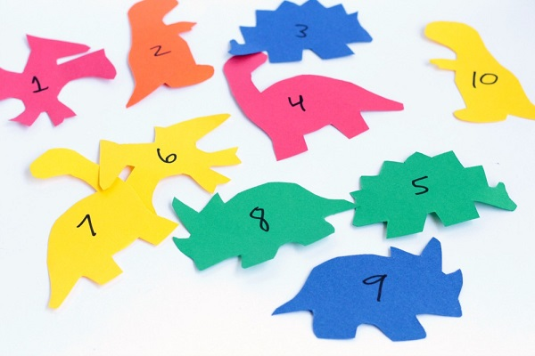 Simple hands on dinosaur counting game for kids