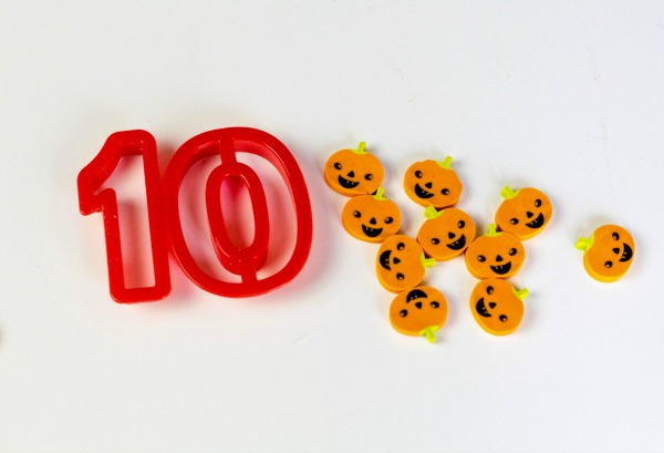 Fun idea for fall math centers using pumpkin erasers for number recognition and counting.