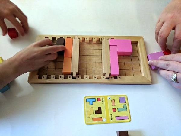 Two players playing Katamino Family